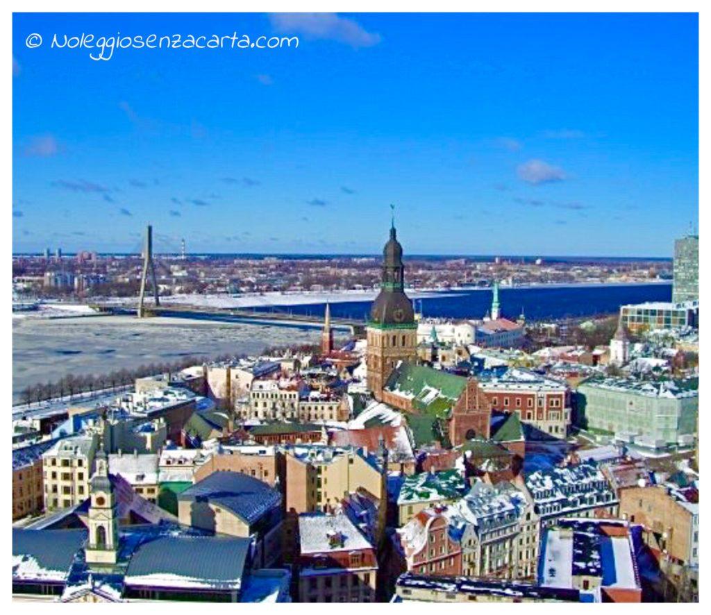 Alquiler coche sin tarjeta de crédito en Riga - Letonia